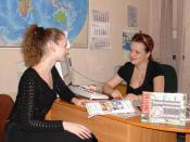 English: Travel agencies in Russia Русский: Турагент Анастасия беседует с клиентом турфирмы.
