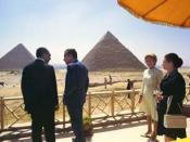 English: Presidents Sadat of Egypt and Nixon of the United States confer as their wives look on.