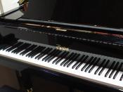 Boston piano, a brand name of Steinway & Sons Español: Piano de cola de marca Boston, marca de Steinway & Sons
