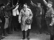 Adolf Hitler saliendo de la sede del partido Nazi (Munich, 1931)