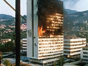 English: The government building in the centre of Sarajevo burns after being hit by tank fire during the siege in 1992 Italiano: La sede del parlamento della Bosnia-Erzegovina dopo essere stata colpita da carri armati durante l'assedio del 1992