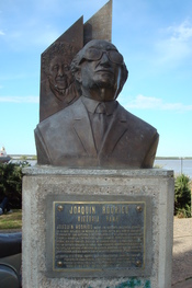 English: Bust of the Spanish composer Joaquín Rodrigo, with an image of his wife, the pianist Victoria Kamhi, in the background. The España Park in Rosario city, Santa Fe, Argentina. Español: Busto del compositor español Joaquín Rodrigo, con su mujer, la
