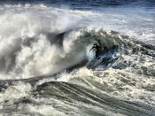 English: A California surfer. Santa Cruz and the surrounding Northern California coastline is a popular surfing destination; however, the year-round low temperature of the ocean in that region (averaging 57ºF/14ºC) necessitates the use of wetsuits. França