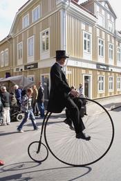 English: Uncle on Penny-farthing Svenska: Farbror på cykel.