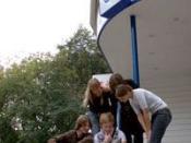 Русский: Студенты на ступенях первого корпуса Института менеджмента, маркетинга и финансов.