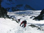 Two mountaineers descending a snow/ice gully from Malý Ľadový štít in Vysoké Tatry mountain range. February 2006. Français : Deux alpinistes descendent un goulet de neige du Malý Ľadový štít dans la chaine des Hautes Tatras. Image prise en février 2006.