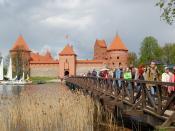 English: Trakai Island Castle, Lithuania during high tourism season, may 3, 2008. Polski: Zamek w Trokach oblegany przez turystów 3 maja 2008 roku.