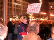 English: A man is holding a sign at a demonstration on Dam Square in Amsterdam in November 2004. The Dutch sign is saying