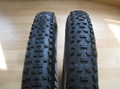 English: two mountain bike tires, same size (26, 2.1), but with different tread patterns,
