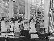 English: American students pledging to the flag in a former form of the salute, specifically the Bellamy salute .