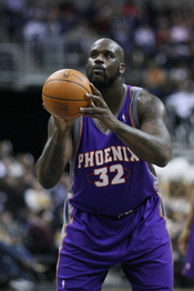 English: Shaquille O'Neal preparing to shoot a free throw