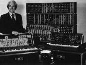 English: photo left to right Robert Moog Moog Sonic 6 Moog modular 55 Moog 1130 Percussion Controller http://synthwise.com/moog-1130-drum-trigger-synth/2009/05/16 Minimoog