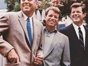 English: Kennedy brothers; left to right John, Robert, Ted. Česky: Bratři Kennedyové - vlevo John F., uprostřed Robert F.