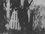 English: Photo of Lee Harvey Oswald with rifle, supposedly taken in Oswald's back yard, Neely Street, Dallas Texas, March 1963. The photo was Warren Commission exhibit 133-A.
