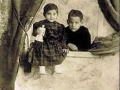 English: Sara Ashurbeyli with her cousin. Русский: Сара Ашурбейли с двоюродным братом.