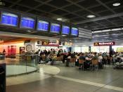 English: Dublin Internetional Airport - departure area interior. McDonald's restaurant. Polski: Lotnisko Międzynarodowe w Dublinie - hala odlotów. Restauracja McDonald's.