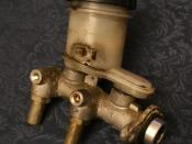 English: Master cylinder from a 1990 Geo Storm GSi.