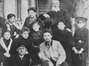 English: Chekhov family and friends in front of Sadovaya-Kudrinskaya home, 1890. (Top row, left to right) Ivan, Alexander, Father; (second row) unknown friend, Lika Mizinova, Masha, Mother, Seryozha Kiselev; (bottom row) Misha, Anton. Русский: Верхний ряд