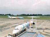 English: A Japan Air System DC-9, with a livery designed by Akira Kurosawa 日本語: 日本エアシステム DC-9。虹色の塗装デザインは黒澤明によるもの(通称:レインボー)。