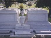 English: Tombs of Cecil Blount DeMille (right), Constance DeMille (left), William DeMille (urn in front), Clara DeMille (stone below urn in front)