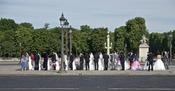Français : Une colonne de jeunes mariés attendant d'être photographiés, Place de la Concorde à Paris