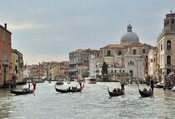 English: Gondolas on the Grand Canal