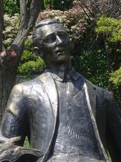 English: Statue of Orhan Veli Kanık in Aşiyan, Beşiktaş Türkçe: Orhan Veli Kanık'ın Aşiyan'ndaki heykeli