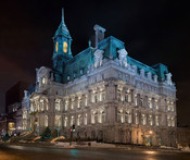 English: Montreal City Hall Français : Image panoramique de l'Hôtel de Ville de Montréal. Panorama constitué de 20 (5 x 4) photos réalisées avec un Canon 5D et un objectif 85mm f/1,8 réglé sur f/8. Türkçe: Kanada'nın Quebec eyaletinin en büyük ikinci şehr