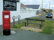 English: Slindon Aveune with Gracie Fields Seat, Peacehaven This is Postbox BN10 645. The seat on the right is dedicated to Dame Gracie Fields (1889 - 1979) Gracie Fields bought a house in Dorothy Avenue for her mother, Sarah Stansfield in the 1930s. Her