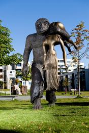 English: The Abduction - a sculpture in the Peer Gynt sculpture park at Løren in Oslo, Norway. Norsk (bokmål): Bruderovet - en skulptur i Peer Gynt-parken på Løren i Oslo.