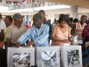 English: Porto Príncipe (Haiti) - Eleitores haitianos foram às urnas (ontem 07/02/2006) para eleger o presidente do país, exibiram títulos e entraram nas sessões de votação para exercerem o seu direito de voto, em alguns lugares houve tumulto para