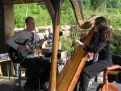 English: Harp and electric guitar Français : Harpe et guitare électrique A curious duo! Petites Fêtes de Dionysos, in Montigny-les-Arsures (Jura, France) Gibson ES-345