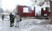 English: Firemen and a journalist after a fire in Västerby, Hedemora Municipality, Sweden. One residence and two barns burned down, no humans or animals were injured.