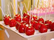 English: Candy apples on display. mondial de la maquette 2002 (2002 World Modelling Fair), Porte de Versailles, Paris, France. Français : Pommes d'amour (litt. apples of love) sur un étal du mondial de la maquette 2002, Porte de Versailles.