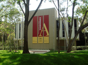 English: The Annenberg School for Communication building at Founder's Park at the University of Southern California in Los Angeles, California.