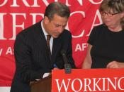English: WI: Sen. Russ Feingold signs down as a Working America member, August 4, 2008 Feingold is shown with Wisconsin State AFL-CIO Executive Vice-President/Political Director Sara Rogers at the Working America - Wisconsin office in Milwaukee.