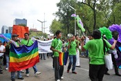 English: Families of gays and lesbians marching in support at the 2009 Marcha Gay in Mexico City