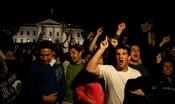 English: Residents of Washington, DC, celebrate the news of Osama bin Laden killed. Русский: Жители Вашингтона, округ Колумбия, празднуют новость об убийстве Усамы бин Ладена в Пакистане.
