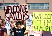 English: New London, Conn. (Sept. 8, 2005) – A family member holds-up a welcome home sign as he welcomes home his cousin who is assigned to the Los Angeles-class attack submarine USS Augusta (SSN 710). Augusta arrived home to Submarine Base New Lond