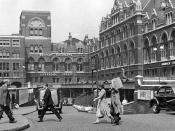 English: Entrance to Liverpool Street Station, in 1955 View northward from Liverpool Street, showing the awkward entry beside and below the Great Eastern Hotel (on the right) before the later major rebuilding. In those days Broad Street Station off to the