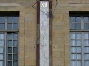 English: Noon mark showing solar noon (instead of clock noon) on the facade of the Palais des ducs de Bourgogne in Dijon Français : Méridienne montrant le midi vrai ou midi solaire (au lieu du midi officiel) sur la façade du Palais des ducs de Bourgogne à