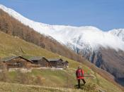 English: Schnals (South Tyrol), the Finailhöfe (Finail farms), built with larch trunks. 1.952m/ 6,404ft above sea level (Farmhouse Type: Bavarian Paarhof) - leftmost snow capped mountain is the Similaun 3.607m/ 11,834ft, the place where Ötzi the Iceman wa