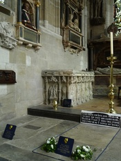 English: Funerary monument of William Shakespeare and his wife Anne Hathaway, Church of the Holy Trinity, Stratford-upon-Avon, Warwickshire, England Deutsch: Grabmonument von William Shakespeare und seiner Ehefrau Anne Hathaway, Holy Trinity Church, Strat