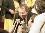 English: David Crombie, former Mayor of Toronto, speaks to reporters on the floor of the 1983 Progressive Conservative leadership convention.