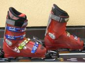 English: Hardboots for alpine skiing, front-entry with four buckles, fixed in ski bindings Deutsch: Skischuhe für Alpinski, Fronteinsteiger mit vier Schnallen, in Skibindung