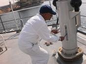 English: Compass adjuster set small magnets to compensate ship's magnetic field Polski: Dewiator umieszcza małe magnesy aby skompensować pole magnetyczne statku